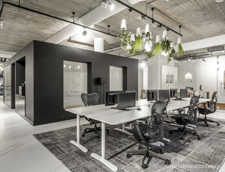 серый-в-интерьере-офиса